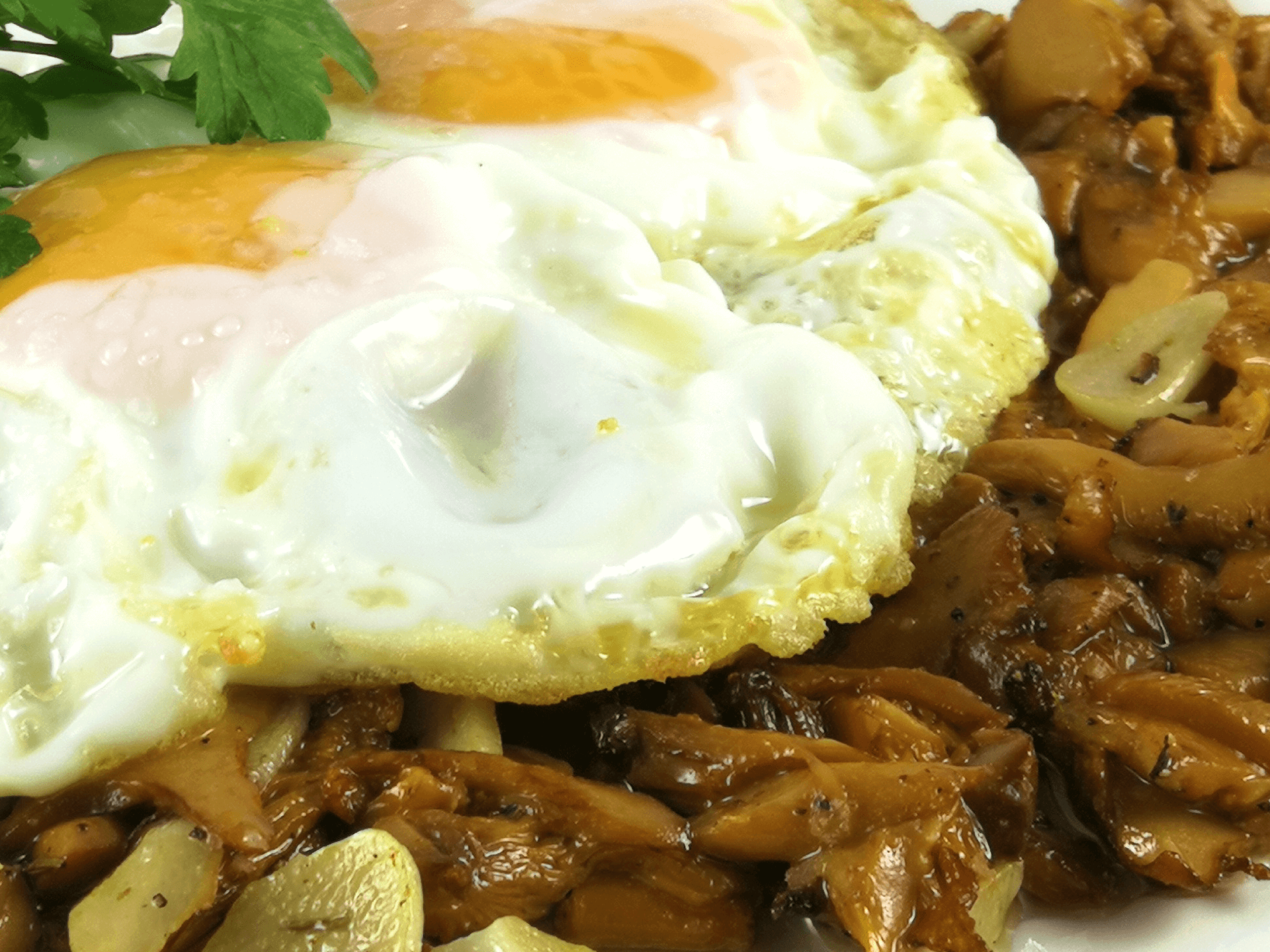 Restaurante braseria en La Roca Village - Les Tres Alzines - Cocina de temporada | Salteado de rebozuelos con huevos fritos